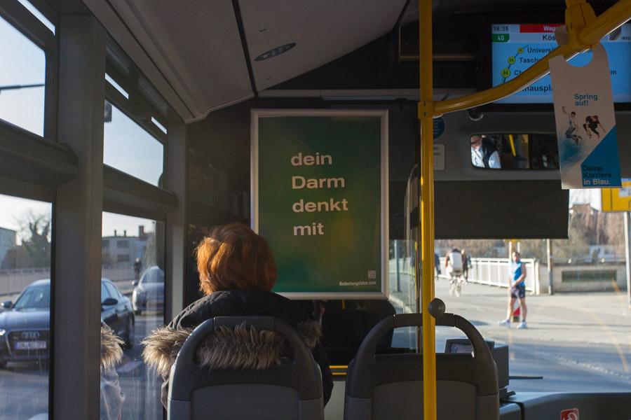 Plakat in Bussen der INVG Ingolstadt: dein Darm denkt mit