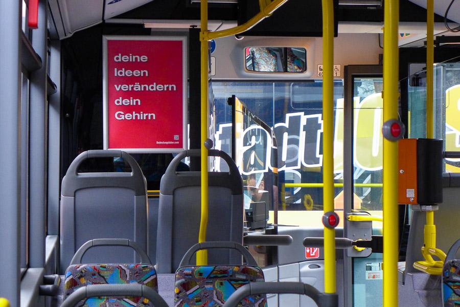 Plakat in Bussen der INVG Ingolstadt: deine Ideen verändern dein Gehirn