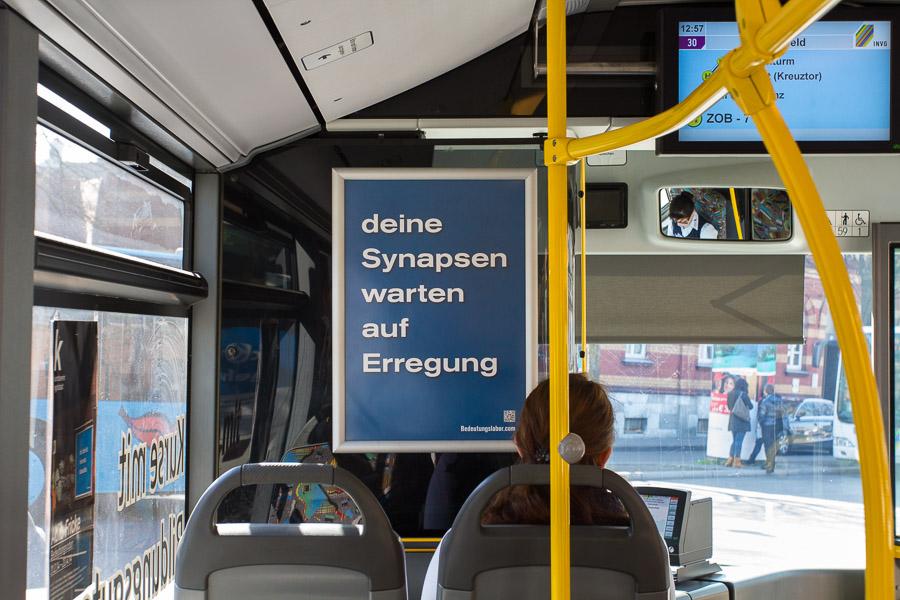 Plakat in Bussen der INVG Ingolstadt: deine Synapsen warten auf Erregung